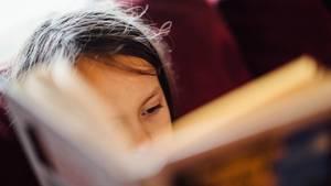 Kind mit Buch in der Hand