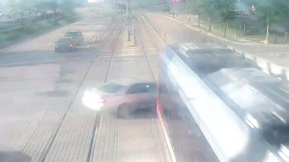 Houston: Auto kollidiert mit Straßenbahn – Fahrerin überlebt mit viel Glück