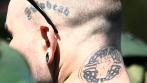 Ein Skinhead mit rechtsextremen Tattoos