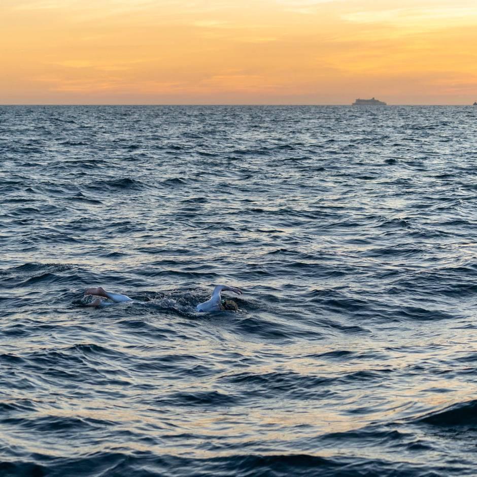 54 Stunden Non-Stop: Ohne Pause: Frau schwimmt als erster Mensch vier Mal durch den Ärmelkanal