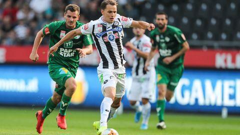 Der Grazer Stefan Hierländer enteilt seinem Gegenspieler Kevin Nitzlnader von der WSG Tirol