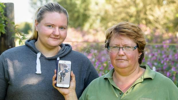 Elisabeth Anders und Tochter Magdalena zeigen stolz ein Bild ihres Zwergziegenbocks. Mehr als ein Jahr war Hui Buh Teil der Familie.
