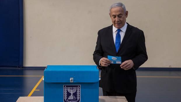 Benjamin Netanjahu, Ministerpräsident von Israel, bei der Stimmabgabe