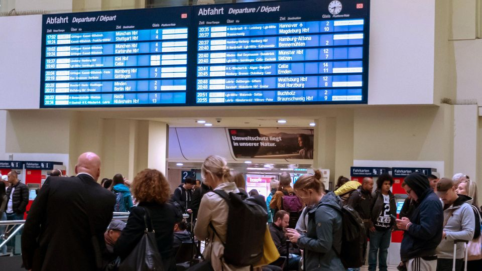 Reisende am Hauptbahnhof Hannover während eines Unwetters in Norddeutschland
