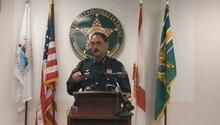 Polizist gibt eine Pressekonferenz