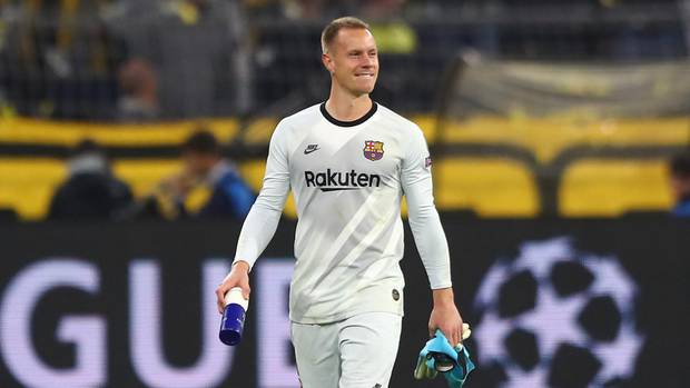 Er weiß, wie gut er gespielt hat: Marc-André ter Stegen spaziert nach dem Schlusspfiff in Dortmund lächelnd über den Rasen.