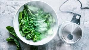 Zum Blanchieren braucht man keinen großen Topf, es reicht, Gemüse mit Wasser aus dem Kocher zu überbrühen