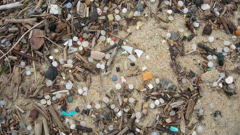 Dieser Strand im Süden Frankreichs ist von den kleinen Plastiklinsen bedeckt.