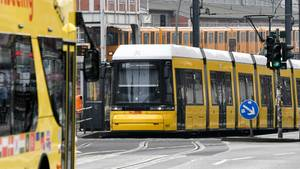 Eine Straßenbahn, ein Sightseeing-Bus und eine U-Bahn sind an der Warschauer Straße im Einsatz