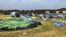 """Was an eine Müllhalde erinnert, sind die Hinterlassenschaften der Besucher des """"Creamfields Festival"""" 2019."""