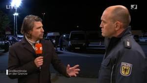 """""""Bundespolizei live– Großkontrolle an der Grenze"""": ModeratorTommy Scheel und BeamterFrank Wittig"""