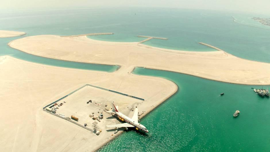 Acht Monatewurde die ausrangierte Boeing 747-200 an Landin Bahrain auf den Tauchgang vorbereitet,um Teil desgrößten Unterwasserthemenparks der Welt zu werden.