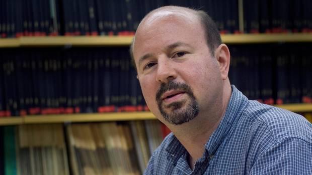 Klimaforscher Michael E. Mann am Schreibtisch