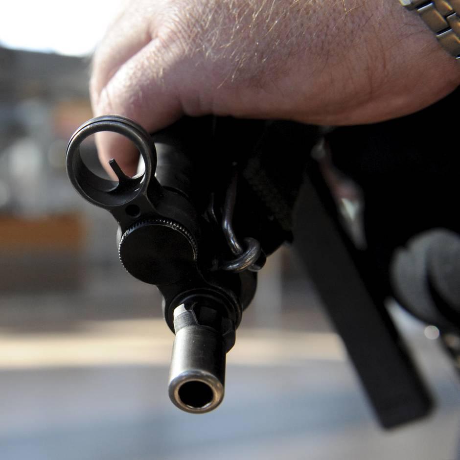 Nachrichten aus Deutschland: Polizist schießt mit Maschinenpistole im Mannschaftswagen – Kugel schlägt in anderem Polizeiauto ein