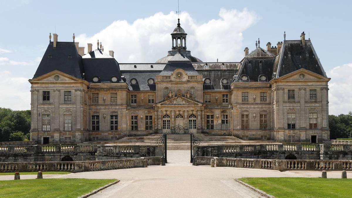 Prunkschloss bei Paris: Millionenraub: Diebe fesseln Graf und Gräfin mit Krawatten und lassen etliche Smaragde mitgehen