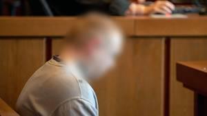 Die Staatsanwaltschaft wirft dem Angeklagten versuchten Mord in drei Fällen vor