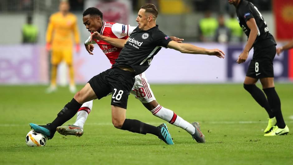 Dominik Kohr von Eintracht Frankfurt im Duell mit Joe Willock von Arsenal