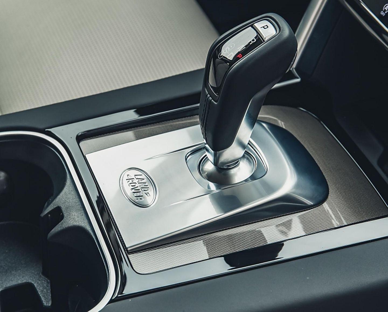 Der einstige Drehknopf hat im neuen Land Rover Discovery Sport wieder einem Schaltknauf weichen müssen