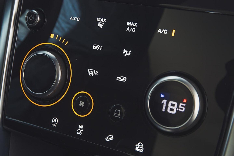 Nur auf den ersten Blick verwirrend: Das Cockpit des Land Rover Discovery Sport