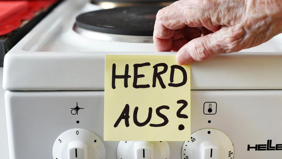 Demenz: Ein Klebezettel mit dem Schriftzug «Herd aus?» klebt an einem Herd neben den Drehknöpfen