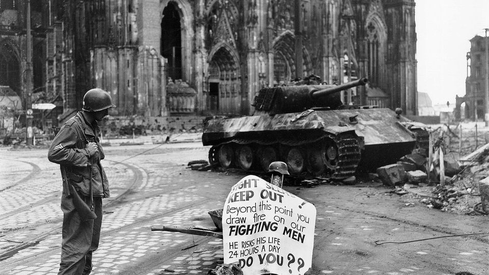Das Wrack des deutschen Panzers.