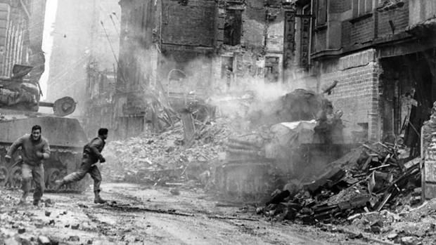 Der rechte Sherman ist getroffen. Die Besatzung des zweiten Panzers will denVerwundeten helfen.