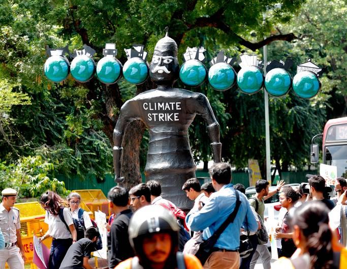 """Indien, Neu-Delhi: Demonstranten versammeln sich mit einer Figur des Dämonengottes Ravana, der ein """"Umweltmonster"""" repräsentieren soll, vor dem Ministerium für Wohnen und Stadtentwicklung"""