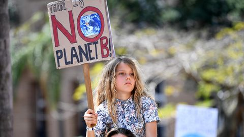 """Australien, Brisbane: Ein Mädchen hält während einer Demonstration ein Schild mit der Aufschrift: """"No Planet B"""""""