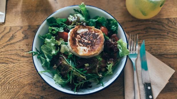 Ziegenkäse ist vor allem überbacken im Salat sehr beliebt