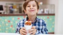 Ein milchverschmierter Junge grinst