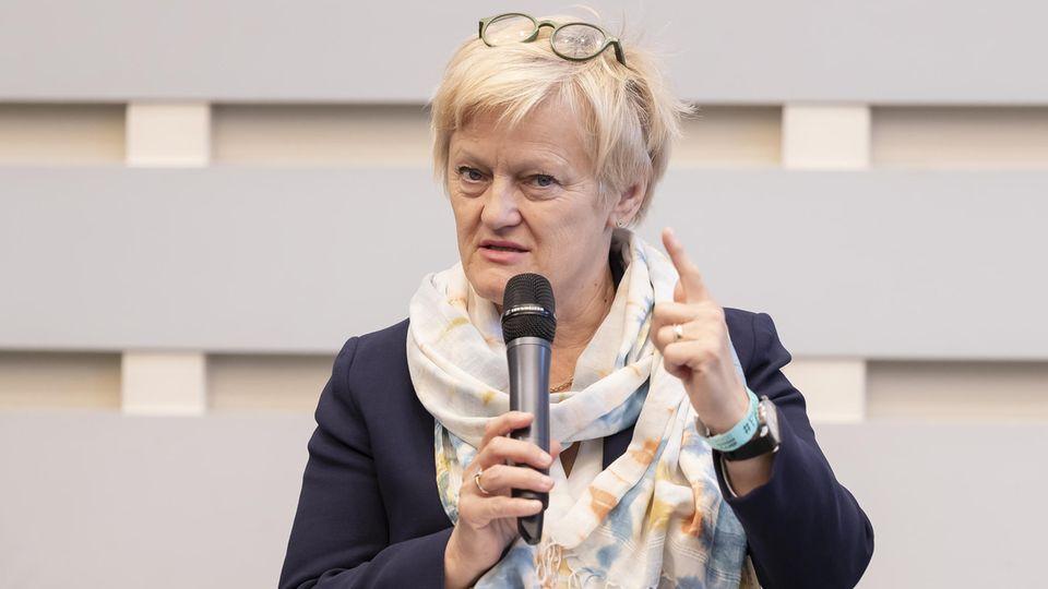Renate Künast schimpft mit erhobenem Zeigefinger