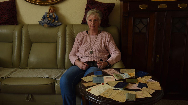 Eine alte Dame in ihrem Wohnzimmer