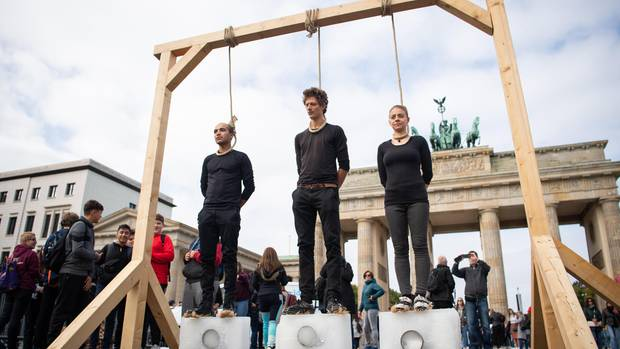 Regierung verabschiedet Klima-Paket – Demonstranten inszenieren Galgen-Protest