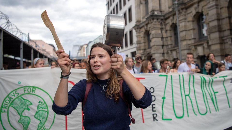 """Klimaaktivistin Luisa Neubauer geht zusammen mit den Teilnehmer der Klimademonstration """"Fridays for Future"""""""