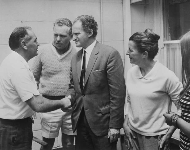 Der Vater der vermissten Kinder, Jim Beaumont (links) und seine Frau Nancy Beaumontbegrüßt den Parapsychologen Gerard Croiset
