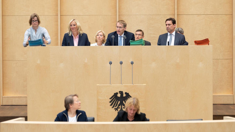Daniel Günther (Mitte, CDU), Ministerpräsident von Schleswig-Holstein und Bundesratspräsident, eröffnet die Bundesratssitzung. Neben ihm sitzen Staatssekretärin Ute Rettler, Direktorin des Bundesrates, und Georg Eisenreich (CSU), Justizminister in Bayern.