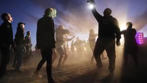 """Nachtschwärmertanzen auf dem Spin-off-Event""""Alienstock"""" in der Nähe von Area 51"""