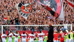 Spieler des VfB Stuttgart feiern mit der Fankurve