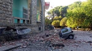 Trümmer auf einem zerstörten Auto in Tirana, Albanien