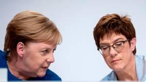 Angela Merkel und Annegret Kramp-Karrenbauer bei einer Pressekonferenz in Berlin