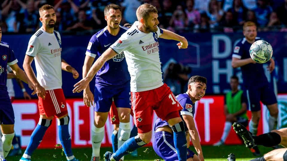 Aaron Hunt trifft zum 4:0 für den HSV gegen Aue