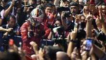 Sebastian Vettel mit geballten Fäusten im Fokus der Fotografen