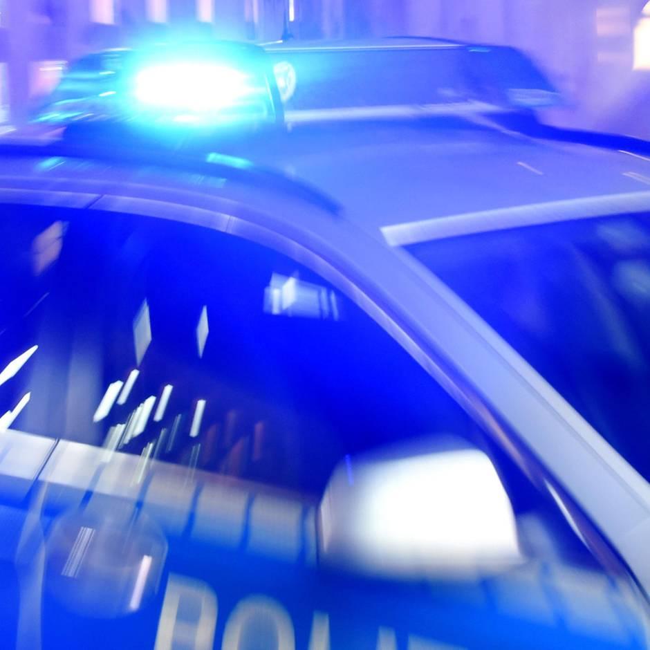 Nachrichten aus Deutschland: 79-Jähriger fährt über Bürgersteig gegen Garage - zwei Tote