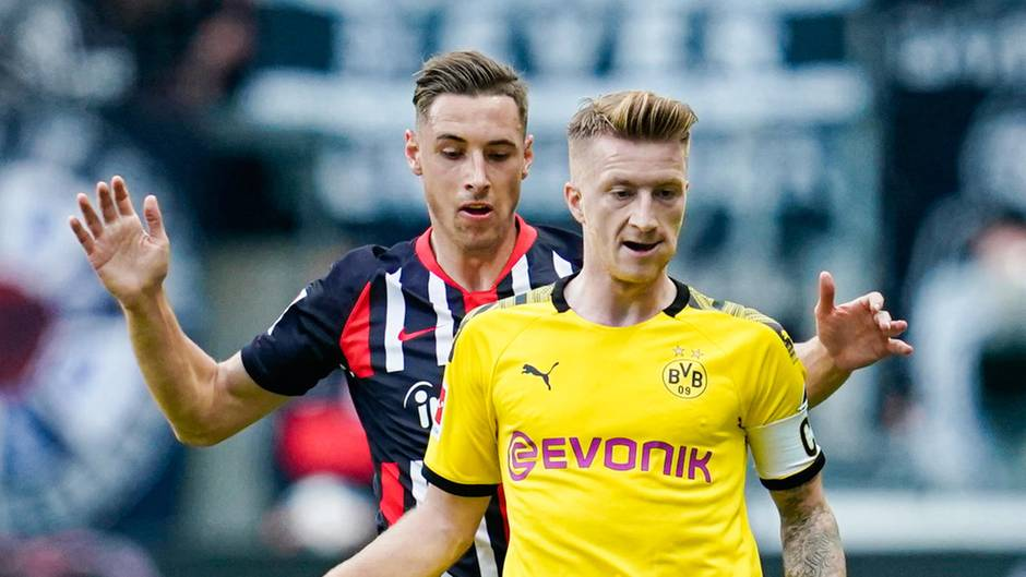 Marco Reus (vorne) schirmt im gelben BVB-Trikot den Ball gegen Eintracht Frankfurts Dominik Kohr ab