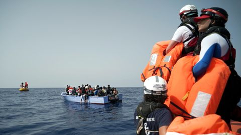 Seenotretter der SOS Mediterranee halten Rettungswesten für die in Seenot geratenen Migranten bereit.