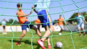 Kinder spielen Fußball (Symbolbild)