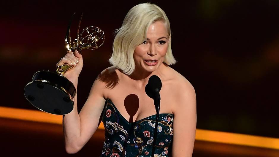 Michelle Williams hält ihren Emmy und spricht ins Mikrofon
