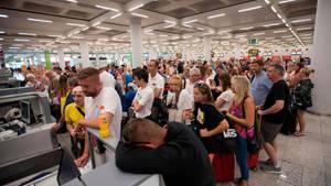 Kunden der Thomas-Cook-Gruppe am Flughafen in Palma auf Mallorca