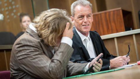Die Angeklagte sitzt vor Prozessbeginn mit ihrem Rechtsbeistand Helmut Wöhler im Gerichtssaal.