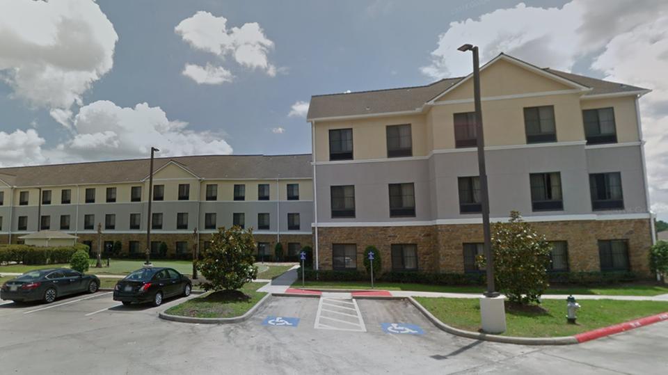 Dieses Hotel (abgebildet bei Google Street View) war über mehrere Stunden durch eine Flut von der Außenwelt abgeschnitten